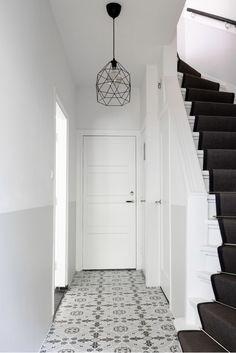 Maak n goede eerste indruk met je entree! Hier hebben we gekozen voor mooie Portugese tegels, een traploper en een geschilderde lambrisering. Wil je ook je hal aanpakken, of wellicht je hele beneden verdieping? Weet je zelf wel wat je mooi vindt, maar vind je het lastig om er een mooi geheel van te maken? STYLING22 helpt!!