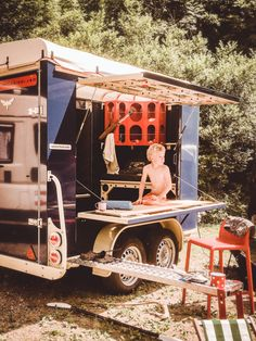 A rausschwärmer trailer is robust and easy to clean. The best travel solution if you are on the road with kids or dogs or both. They will love this simple but beautyful caravan Camping With Kids, Caravan, Trailers, Transportation, Simple, Dogs, Easy, Travel, Outdoor