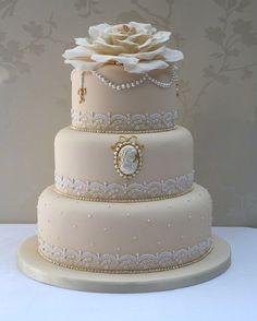 Bolo de 3 andares bege com flor como topo de bolo de Bodas de Ouro