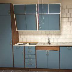 Idag blev det kaklat! 15x15 i förband gjorde susen. Nu återstår det lite småfix som fogning, ett par bänkskivor i carraramarmor och några handtag. #personalkök #jarfallakok #järfällakök #retro #funkis #retrokitchen #ikea #ikeametod #platsbyggt #skräddarsytt #snedskåp #50tal Plywood Kitchen, Kitchen Layout, Interior Design Living Room, Furniture Design, Art Deco, Kitchen Cabinets, Retro, House, 1960s