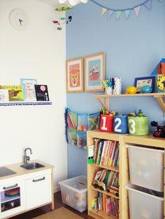 おもちゃの収納はIKEAのトロファスト。成長したら本棚として使おうと考えています。カーテンや照明、布の小物入れなどもIKEAで揃えました。とても使いやすいです。棚も取り付けていろいろと飾っています。 フラッグガーランドはスウェーデンOskar&ellen社のもの。壁掛けのイラストもスウェーデンのイラストレーターのIngela P Arrhenius(インゲラ・アリアニウス)さんという方のイラストです。