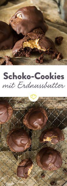 Wir haben aus schokoladigem Brownieteig ein paar Cookies gezaubert und sie mit Erdnussbutter und Schokoglasur noch ein bisschen fantastischer gemacht.