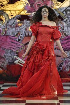 A model walks the runway at the Dilara Findikoglu Ready to Wear Spring/Summer 2018 fashion show during London Fashion Week September 2017 on September 2017 in London, England. Dope Fashion, Fashion Show, Fashion Outfits, Fashion Design, Gothic Fashion, Dilara Findikoglu, Gothic Dress, Spring Summer 2018, Contemporary Fashion