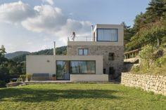 Luxushäuser - die Villa in Roux, Frankreich Modern Architecture House, Residential Architecture, Amazing Architecture, Modern Home Interior Design, Modern House Design, Modern Exterior, Exterior Design, Ultra Modern Homes, Modern House Facades