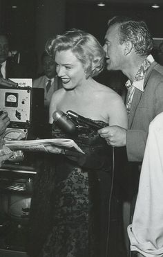 Marilyn at a Hollywood drug store signing copies of LIFE magazine, 20 May 1952.