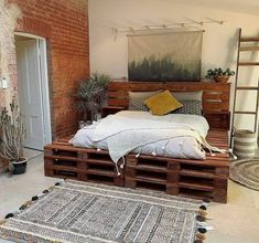 A DIY pallet bed is clever: The stylish pallet furniture for the bedroom does not cost a lot of money and can be built and varnished according to your own wishes. Wood Pallet Beds, Pallet Bed Frames, Diy Pallet Bed, Pallet Furniture, Bed With Pallets, Pipe Furniture, Furniture Vintage, Western Bedroom Decor, Aesthetic Room Decor