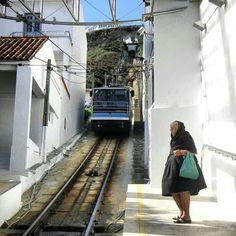 PORTUGAL - NAZARE.Tranvia para subir al Sitio de Nazare, maravillosa vista de la playa desde los acantilados. Las Azores, Kino's Journey, Visit Portugal, Terra, Portuguese, Cool Places To Visit, Travelling, People, Beautiful