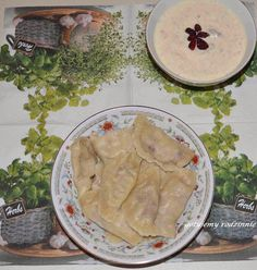 Pierogi z gruszką, serem pleśniowym i orzechami = Składniki na ciasto: - 3 szklanki mąki, najlepiej typ 500 np. poznańska - 1 jajko - 1 żółtko - niecała szklanka gorącej wody - łyżka masła - szczypta soli  Wiem, że są zwolennicy zagniatania ciasta na pierogi bez jajek. Ja wolę jednak z jajkami ze względu na ładniejszy kolor ciasta (nie jest sine :)). Wszystkie składniki należy razem zagnieść, aby uzyskać jednolite ciasto. Zasada najważniejsza: nie podsypywać za dużo mąki, żeby ciasto się… How To Cook Dumplings, Mozzarella, Camembert Cheese, Dip, Pierogi, Tasty, Cooking, Recipes, Food