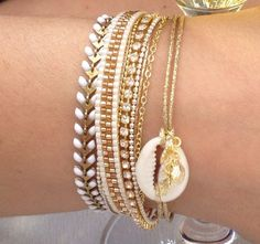 Cuff Bracelet Miyuki beads white and gold tassel and cowrie Cute Bracelets, Gemstone Bracelets, Pearl Bracelet, Fashion Bracelets, Jewelry Bracelets, Cute Jewelry, Diy Jewelry, Jewelry Gifts, Beaded Jewelry