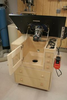 The tilting router table top. This great idea if you do not have a router lift. This design allow's better access for fine tuning and unbolting the router. Router Diy, Wood Router, Router Woodworking, Woodworking Workshop, Woodworking Techniques, Woodworking Projects, Woodworking Patterns, Router Projects, Intarsia Woodworking