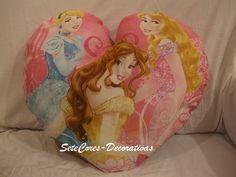 Almofada As Princesas, feita em forma de coração com aplicação de glitter