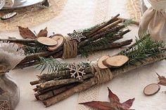 Decorazioni natalizie in legno. Ecco per voi oggi una bellissima selezione di Sponsored Sponsored Wooden Christmas decorations. Here is a wonderful selection of 20 creative ideas for making wooden Christmas decorations today! Natural Christmas, Noel Christmas, Rustic Christmas, Winter Christmas, Minimal Christmas, Christmas 2019, Beautiful Christmas, Wooden Christmas Decorations, Table Decorations