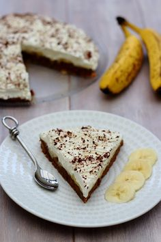 La banoffee pie est une tarte anglaise, sans cuisson, composée d'une base biscuitée garnie de bananes, chantilly et caramel ou confiture de lait. C'est un dessert idéal lorsque l'on a pas de four, ce qui fut mon cas pendant un temps... Cette tarte est...