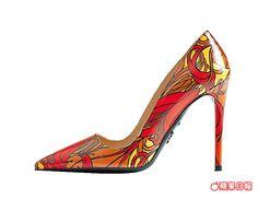 漆亮皮的百合花壓紋訂製高跟鞋。2萬7500元
