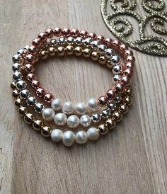 a6bfcd46e54b Hermosas pulseras color metálico con perlas cultivadas.