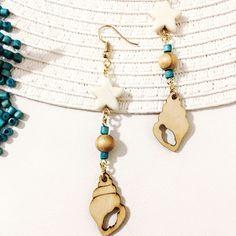 Σκουλαρίκια μακρυά σε minimal φτιαγμένα από ξύλο σε σχήμα κοχυλιού και λευκό χαολιτη σε αστέρι. η τιρκουαζ μικρές χαντρουλες είναι ξύλινες βαμμένες. Beaded Necklace, Earrings, Jewelry, Beaded Collar, Ear Rings, Stud Earrings, Jewlery, Pearl Necklace, Jewerly