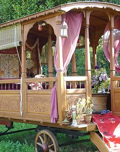 caravan gitan Rose coloured roulotte (caravan) as a child I loved the idea of gypsy life and these caravans remind me of how enticing it was. Gypsy Caravan, Gypsy Wagon, Gypsy Trailer, Open Trailer, Gypsy Life, Gypsy Soul, Boho Life, Glamping, Home Design