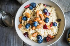 These healthy overnight oats recipes for weight loss are easy to make and delicious, and they're a healthy breakfast idea. Get inspired with these recipes. Healthy Recipes, Diet Recipes, Healthy Snacks, Healthy Eating, Healthy Cereal, Whole30 Recipes, Oatmeal Recipes, Crockpot Recipes, Salad Recipes