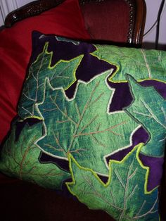 Leaves Pillow • Free tutorial with pictures on how to sew an applique cushion in 5 steps