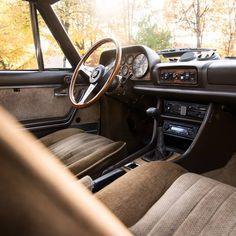Kuscheliges Interieur für sonnige Herbst- und nasskalte Wintertage. Das 504 Coupé hat Stil, Klasse und ist ein recht seltener Klassiker geworden. Peugeot 504, Winter, Scene, Cold, Automobile, Autumn, Winter Time, Winter Fashion