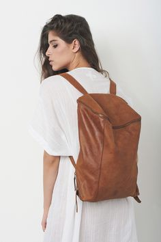 Brauner Lederrucksack mit seitlichen Taschen / brown leather backpack with two sides zipper pockets by MatkaShop via DaWanda.com