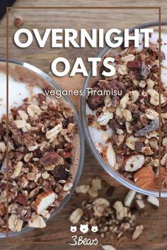 """Einfaches Rezept für ein gesundes und veganes Frühstück: vegane Overnight Oats """"Tiramisu-Style"""" mit knusprigem Mandel-Crunch. Die Overnight Oats lassen sich perfekt vorbereiten und halten lange satt. #frühstück #vegan #rezept #porridge #overnightoats"""