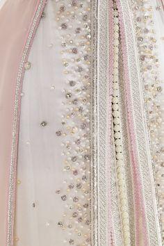 Caftan trois pièces en satin duchesse et tulle perlé rose, blanc et argent. Jupe mousseline avec traîne. Sfifa argent, rose et perle. Ceinture hrir avec décor bijoux