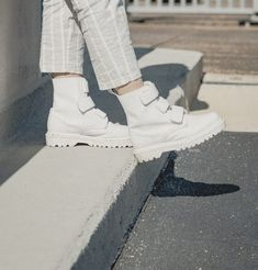 IN MY DOC'S: Kerensa from our Amsterdam Store wears the Coralia boot. White Dr Martens, Red Doc Martens, Dr Martens Outfit, Doc Martens Style, Dr Martens Boots, Dr. Martens, Sneakers Fashion, Fashion Shoes, White Boots