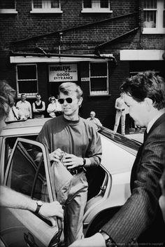 British singer David Bowie arrives in Brixton south London October 1989 Glam Rock, David Bowie Born, Bowie Starman, Aladdin Sane, The Thin White Duke, Major Tom, Ziggy Stardust, Brixton, David Jones