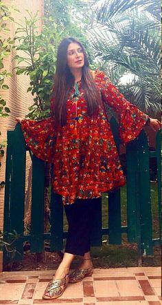 Pakistani Knee Length Short Frocks with Capris 2019 Pakistani Fashion Casual, Pakistani Dresses Casual, Spring Dresses Casual, Pakistani Dress Design, Stylish Dresses, Indian Fashion, Dress Casual, Stylish Dress Book, Frock Fashion