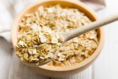 Don't let late night snacking ruin your healthy eating efforts. These 11 late-night snacks will satiate and satisfy without weighing you down. The Oatmeal, Oatmeal Diet, Making Oatmeal, Healthy Late Night Snacks, Healthy Snacks, Healthy Eating, Healthy Recipes, Healthy Breakfasts, Keto Recipes