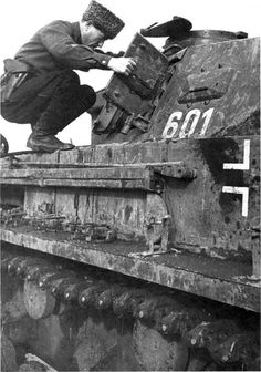 """Казачий офицер осматривает трофейный танк. Северный Кавказ. 1943г. Кобура """" Парабеллума """" на ремне."""