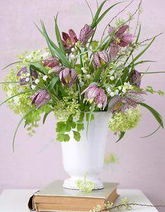 Frühlingsstrauß aus Maiglöckchen, Schachbrettblume und Schneeball