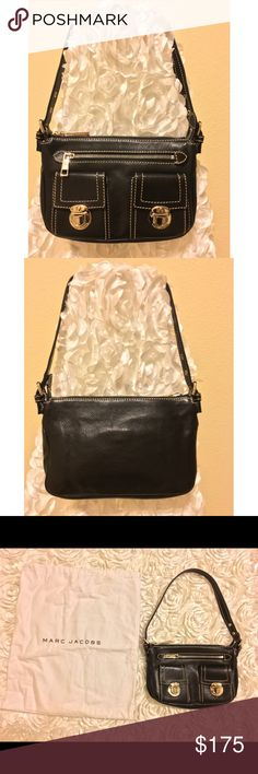 MARC JACOBS✨Black leather handbag EXCELLENT CONDITION✨MARC JACOBS black leather handbag 😍. This purse is elegant, timeless, and fits perfectly on your shoulder ❤️. This beauty has room for all your necessities while remaining light and compact 💋. Exterior features one zip compartment and two enclosed organizer pockets; interior features one organizer pocket. Comes with original dust cloth. This bag is for YOU 💖🍭 Marc Jacobs Bags