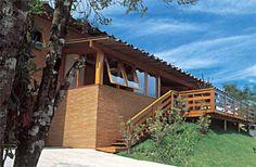 A construção de 375 m² em Campos do Jordão, SP, foi distribuída em platôs, recurso que separou em módulos as alas social e íntima. O destaque da fachada é a combinação aparente de estrutura de pequiá e tijolos de barro, impermeabilizados com resina de silicone. Para equilibrar o orçamento, a arquiteta economizou padronizando materiais: fez uso de muita madeira e tijolo, assim pôde comprá-los em lote. Projeto de Michaela Striker.