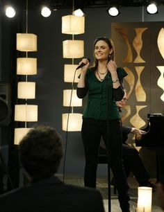 Bones fav moments: girls just wanna have fun! And Emily's awesome singing/actions Booth And Bones, Booth And Brennan, Bones Tv Series, Seeley Booth, Temperance Brennan, Bones Show, Questions For Friends, Emily Deschanel, Episode Online