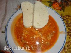 Mäso s paradajkovou omáčkou -  Spravíme si zápražku, dáme do nej paradajkový pretlak a zalejeme trochou vody..  Mäso nakrájame na drobno...