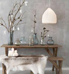 Vase en verres, bois, fourrure sur tons gris naturels