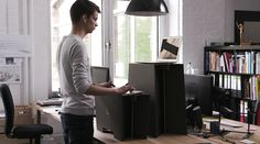 Bei Monkey Desk handelt es sich um einen Tischaufsatz, der jeden Schreibtisch in einen Steharbeitsplatz verwandeln kann.