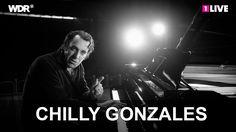 """""""The Musical Genius"""" Chilly Gonzales erklärt uns in """"Pop Music Masterclass"""" die Popmusik, analysiert auf seinem Piano die großen Hits und erklärt, warum wir ..."""