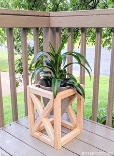 DIY Plant Stand build this rustic plant stand with plans from Bitterroot DIY Unique Woodworking, Woodworking Projects Diy, Woodworking Plans, Woodworking Classes, Wooden Decor, Wooden Diy, Diy Wooden Projects, Projects With Scrap Wood, Simple Wood Projects