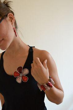Idée récup : Grosse fleur en capsules Nespresso, avec un bracelet pétales et des B.O tubes.