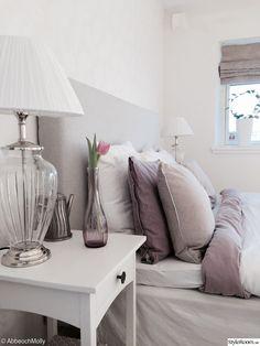 sovrum,sänglampa,sängbord,kuddar,kudde,lila,lakan,bäddning