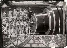 """Cuando se escucha el nombre de Georges Méliès es inevitable pensar en sus cortometrajes:El hombre de la cabeza de goma (1901) y Viaje a la luna (1902). Universos donde la imaginación era el medio para poder transmitir y formular la ironía con """"el toque a la Méliès"""". Y es que el trabajo del cineasta era […]"""