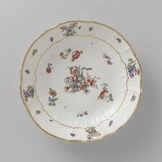 Meissener Porzellan Manufaktur   Schotel, veelkleurig beschilderd met een Kakiemon-decor, Meissener Porzellan Manufaktur, c. 1740 - c. 1745   Ronde schotel van beschilderd porselein. De schotel heeft een geribde en geschulpte rand. De schotel is beschilderd met een tijger om een bamboestengel, gestrooide Indianische Blumen, vlinders en takken met vogels. De rand is versierd met het 'Altbrandenstein'-patroon. De schotel is gemerkt.