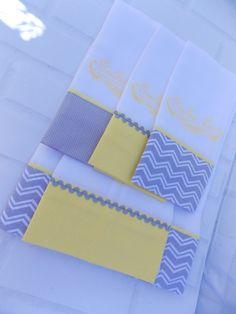 Fraldas Decoradas com aplique ou bordado.  Kit com 3 Fraldas de Boca, 1 Fralda de Ombro e 1 Fralda de Banho.  Boca 0,31 x 0,36  Ombro 0,67 x 0,31  Banho 1,20 x 0,67  Tecido 100% algodão.  Fralda luxo cremer fofura máxima 52 fios por cm².    Prazo de urgência favor consultar disponibilidade. Baby Box, Baby Design, New Job, Hand Towels, Baby Gifts, Chevron, Diy And Crafts, Projects To Try, Patches