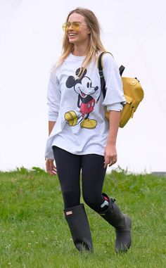 Margot Robbie from The Big Picture: Today's Hot Photos The actress is seen at Glastonbury Festival in England. Margot Robbie Style, Margot Elise Robbie, Celebrity Fashion Looks, Celebrity Style, Music Festival Fashion, Comfortable Outfits, Hottest Photos, Trendy Outfits, Autumn Winter Fashion