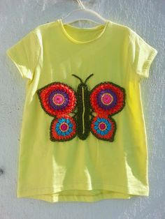 The blue window: T-shirt with crochet butterfly. – The blue window: T-shirt with crochet butterfly. Crochet Fabric, Knit Crochet, Borboleta Crochet, Butterfly Shirts, Crochet Butterfly, Lace Collar, Chrochet, Crochet Animals, Hippie Chic