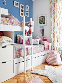 Un dormitorio lleno de color