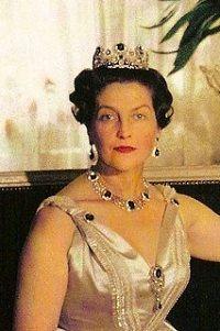 SAR feu Madame, la comtesse de Paris, née Isabelle d'Orléans Bragance, portant les saphirs de la maison d'Orléans.